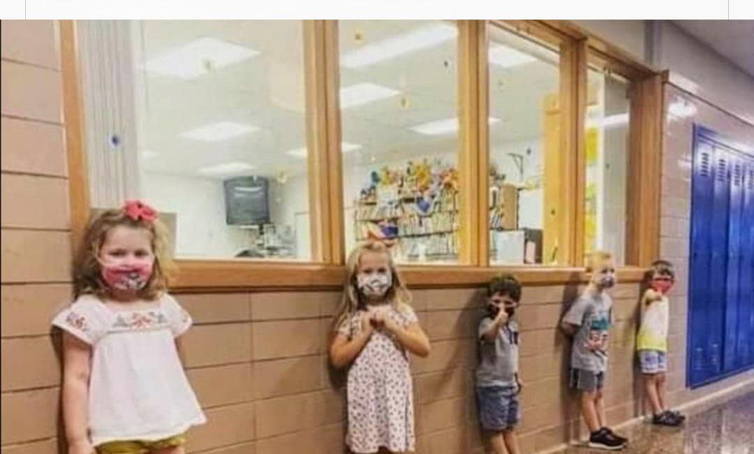 niños en el cole sin mascarillas